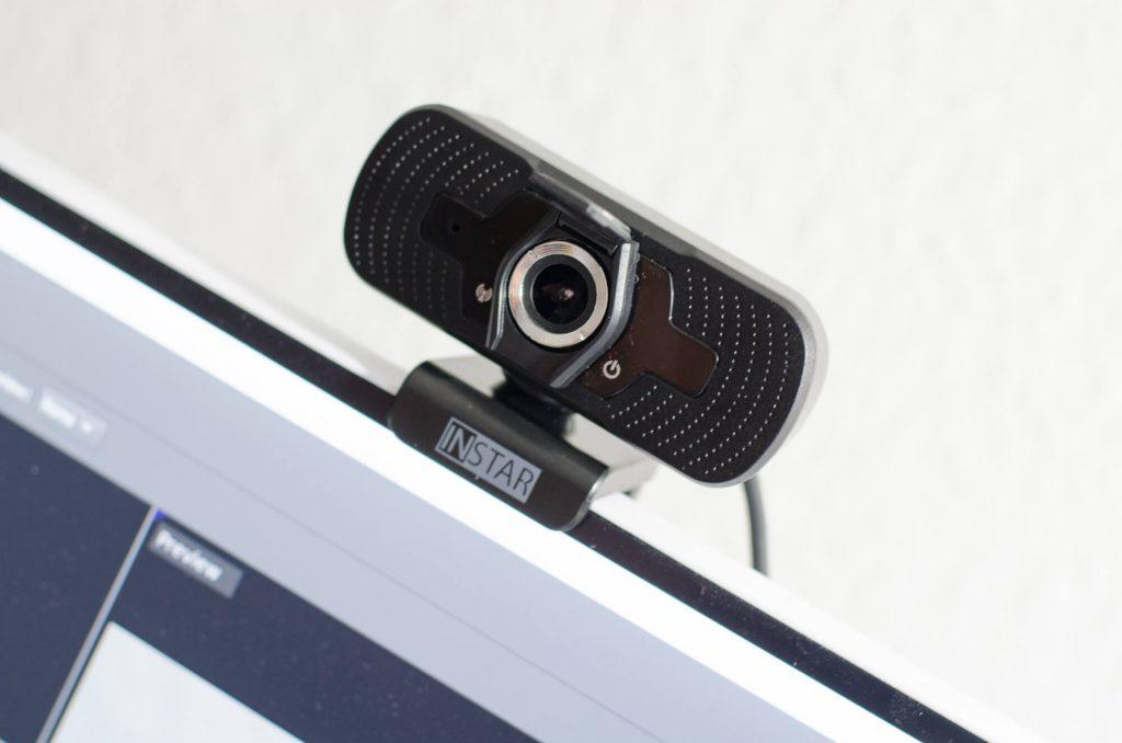 Instar IN-W2 auf Monitor montiert